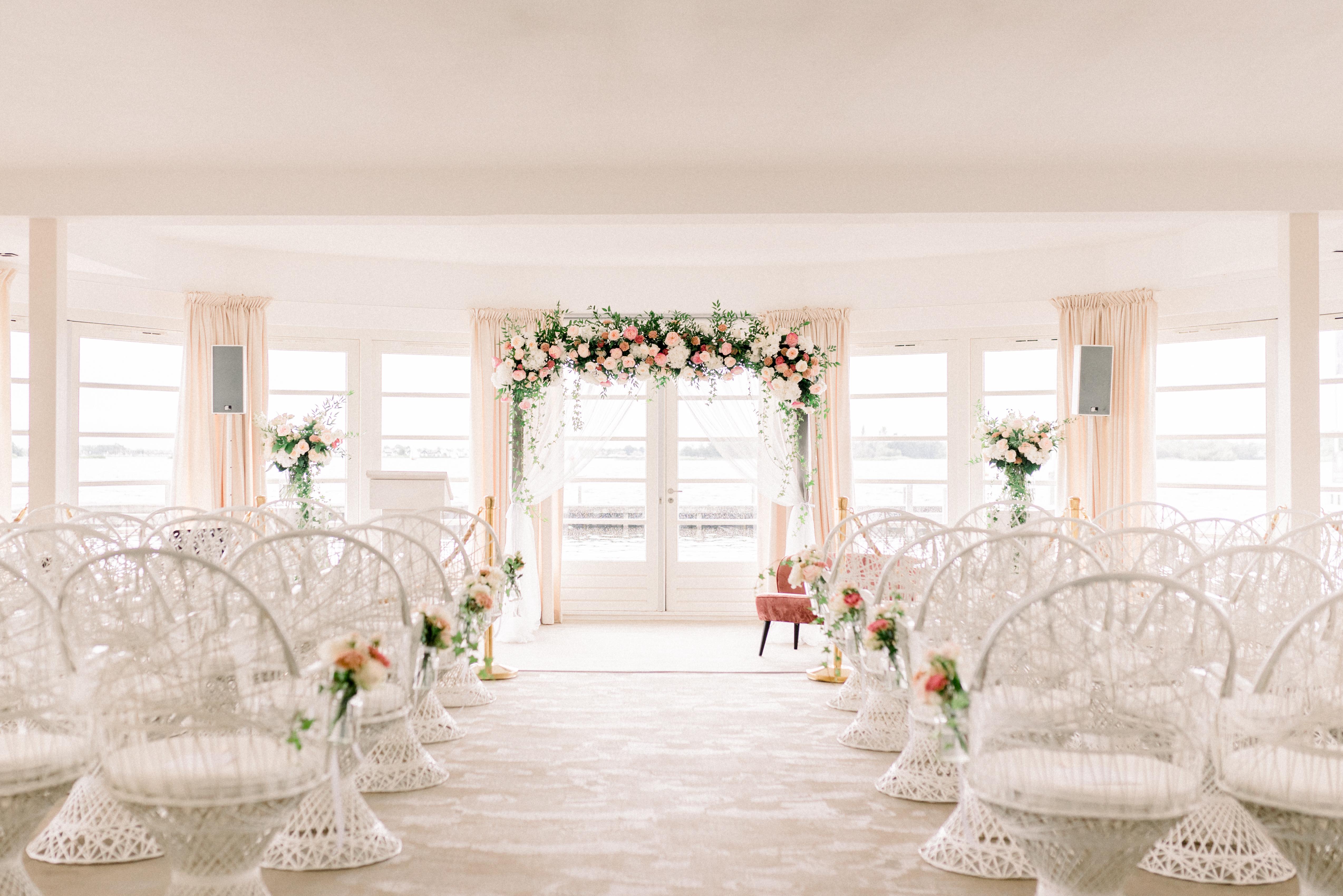 Romantische bruiloft bij Finley het Witte Huis in Loosdrecht // Tjalling & Angelina